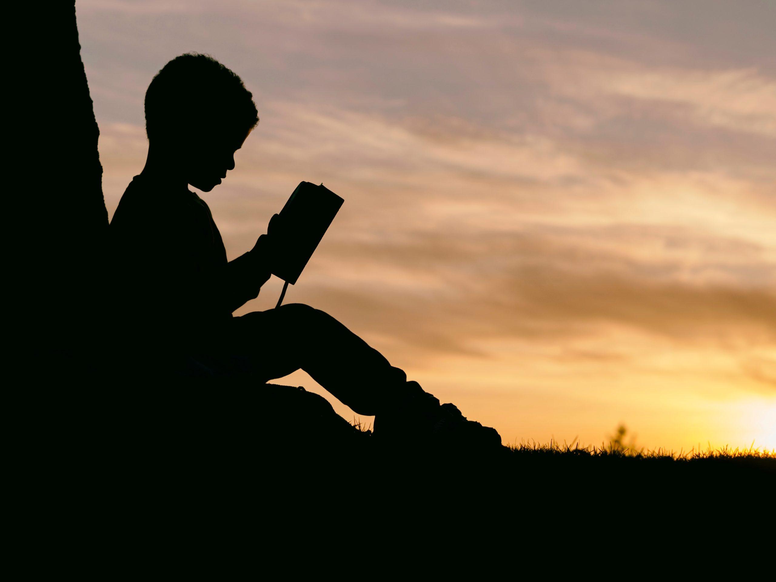 本を読む少年の写真